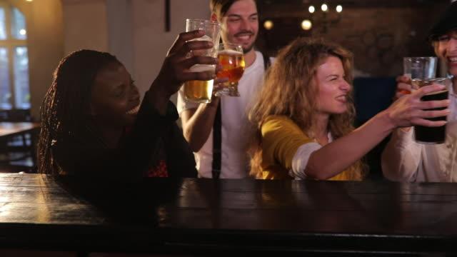 vídeos y material grabado en eventos de stock de saludos a la amistad - barra futbol