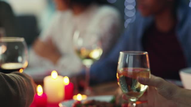 vídeos y material grabado en eventos de stock de saludos a la fraternidad - cena con amigos