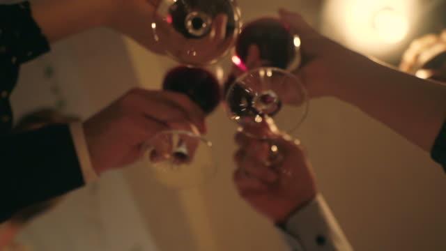 vídeos y material grabado en eventos de stock de ¡saludos! - low angle view