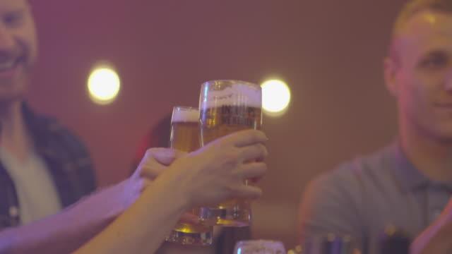 vídeos y material grabado en eventos de stock de anima con cerveza artesanal en un pub - bar