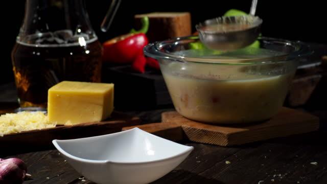 チーズとビールのスープ - お玉点の映像素材/bロール