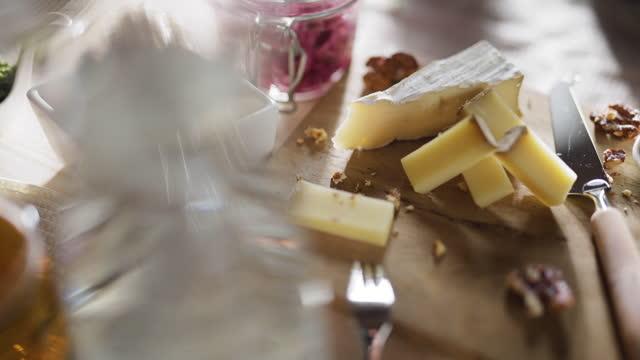 ベジタリアンディナーでチーズボード - ブリーチーズ点の映像素材/bロール