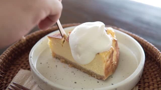 stockvideo's en b-roll-footage met de cake van de kaas met het dienen en het snijden cake - vork