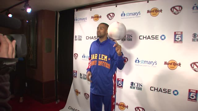 cheese chisholm of the harlem globetrotters at nick cannon rocks lights empire state building for st. mary's kids at the empire state building on... - ハーレムグローブトロッターズ点の映像素材/bロール