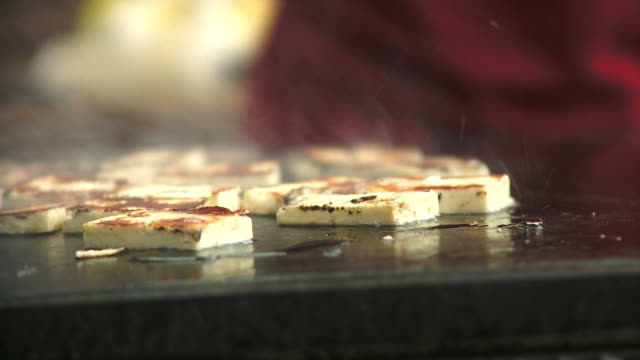 hd: käse und barbecue - käse stock-videos und b-roll-filmmaterial