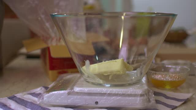 機械のチーズの部分の測定 - チェダー点の映像素材/bロール