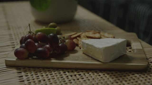 チーズの盛り合わせは食べる準備ができています - ブリーチーズ点の映像素材/bロール