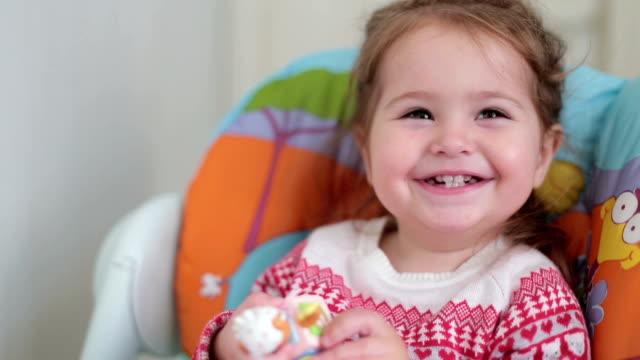 vídeos de stock, filmes e b-roll de sorriso de queijo de uma linda menina - cadeirinha cadeira