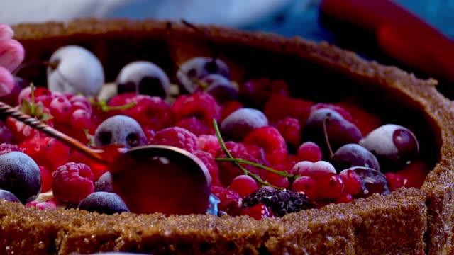 vidéos et rushes de gâteau au fromage avec des fruits surgelés - glacé