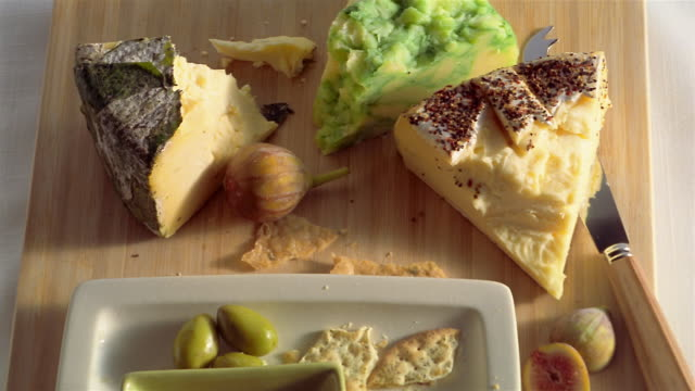 cu pan cheeses and crackers on chopping board - chopping board stock videos & royalty-free footage