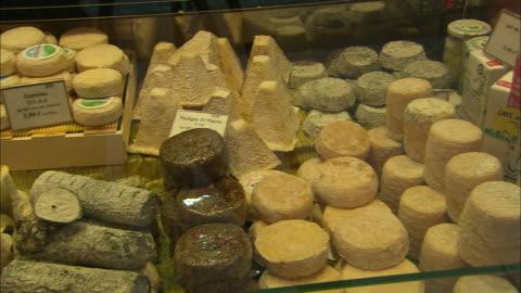 vídeos y material grabado en eventos de stock de cheeses on display, paris, france - variación