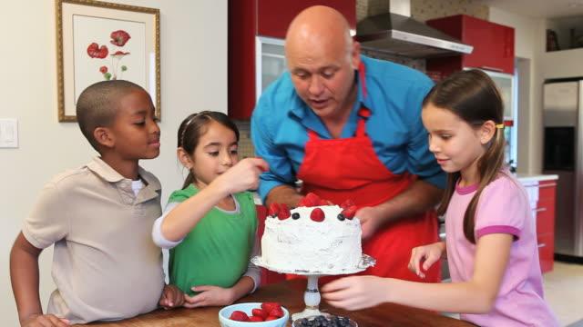 ms chef and children (6-11) decorating cake / los angeles, california, usa - fyra människor bildbanksvideor och videomaterial från bakom kulisserna