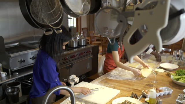 chef and students working with dough - whidbey island点の映像素材/bロール
