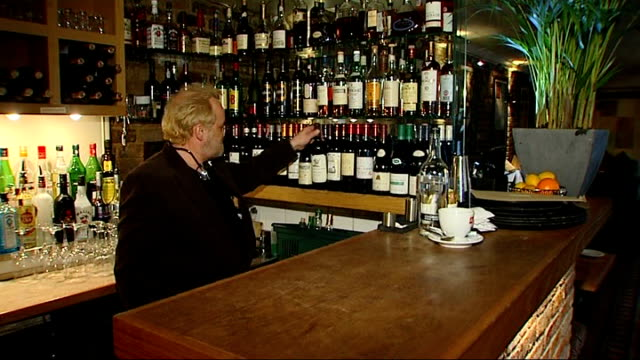chef antony worrall thompson arrested for shoplifting; tx 9.2.2009 england: oxfordshire: henley-on-thames: int antony worrall thompson picking out... - アントニー ウォラル トンプソン点の映像素材/bロール
