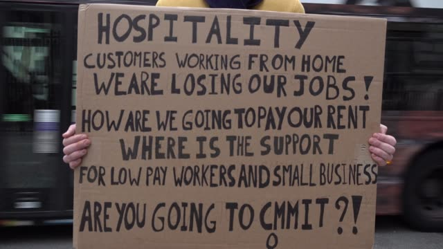 vídeos y material grabado en eventos de stock de chef chris holds a placard outside downing street, raising his concerns about thousands of hospitality workers potentially loosing their jobs due to... - hospitalidad