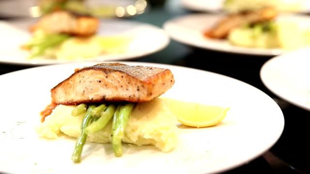 vídeos de stock, filmes e b-roll de hd: chef de cozinha gourmet prato de filé de salmão - comida salgada