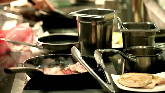HD: Chef cocina a la vista en la cocina de fondo