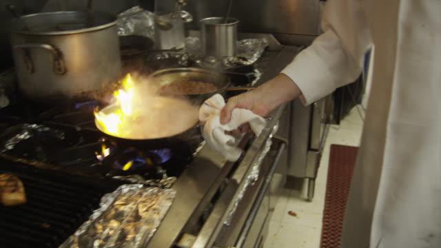 vídeos y material grabado en eventos de stock de ms chef cooking in kitchen / south beach, miami, florida, usa - sartén plana