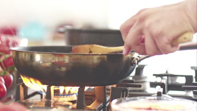 vídeos de stock, filmes e b-roll de chefe de cozinha cozinhando na panela de fritada com molho de carne - forma da água