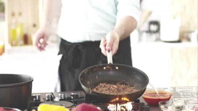 シェフが調理する肉ソース - フライパン点の映像素材/bロール