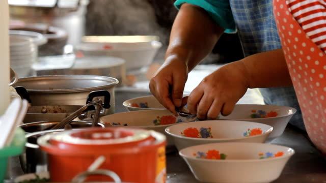 stockvideo's en b-roll-footage met chef cooking noodles in asian restaurant kitchen - lage ronde hals