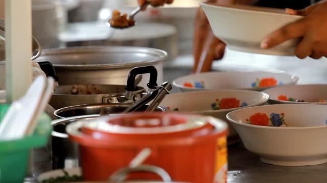 stockvideo's en b-roll-footage met chef cooking noodles - lage ronde hals