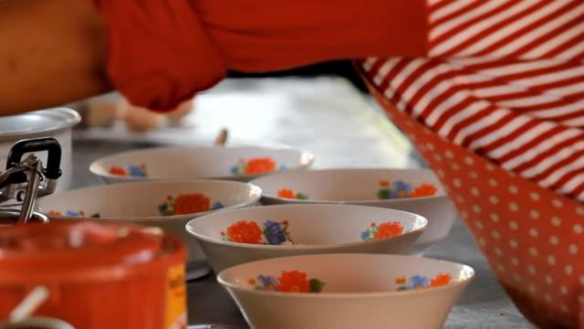 stockvideo's en b-roll-footage met chef cooking noodles. - lage ronde hals