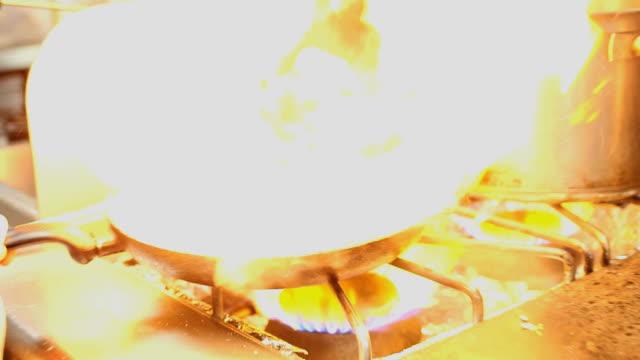 vídeos de stock e filmes b-roll de chef de cozinha em cozinha de salmão bifes - filete de salmão