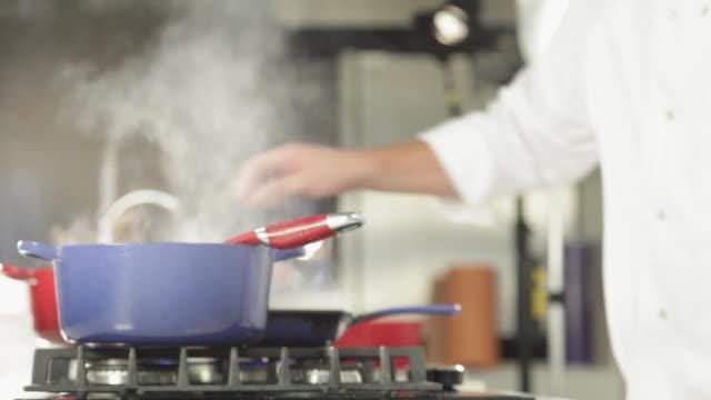 vídeos de stock e filmes b-roll de ms chef cooking / sao paulo, brazil - concha utensílio de servir