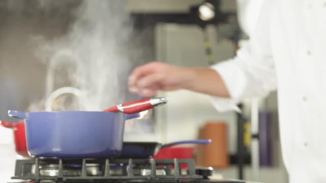 vídeos de stock, filmes e b-roll de  ms chef cooking / sao paulo, brazil - fogão