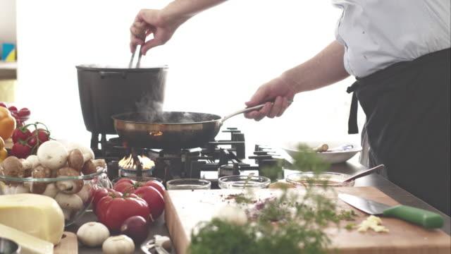 kock matlagning spaghetti - tång bildbanksvideor och videomaterial från bakom kulisserna