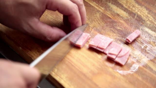 vidéos et rushes de chef de cuisine la cuisine italienne pour le client avec une petite casserole. - couteau de cuisine
