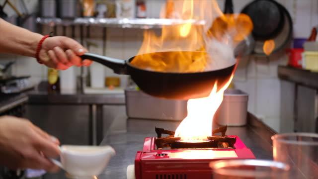vídeos de stock, filmes e b-roll de chef cooking - cooker