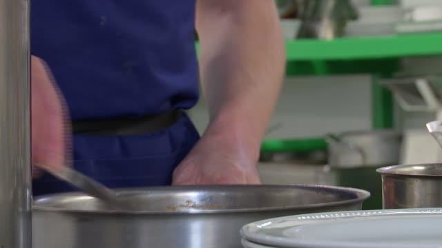 vídeos de stock, filmes e b-roll de chef creates bespoke meals for the terminally ill hospice and kitchen scenes ****no london clapham royal trinity hospice int various of james... - característica de construção