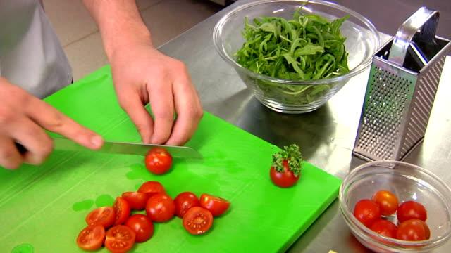 vídeos de stock, filmes e b-roll de chef corte tomate - comida salgada