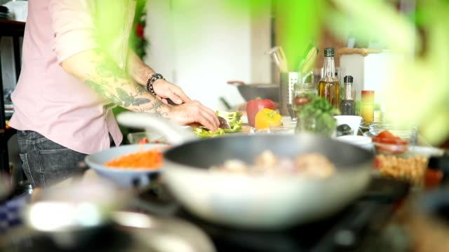 vidéos et rushes de chef coupant des piments de jalapeos - produit bio