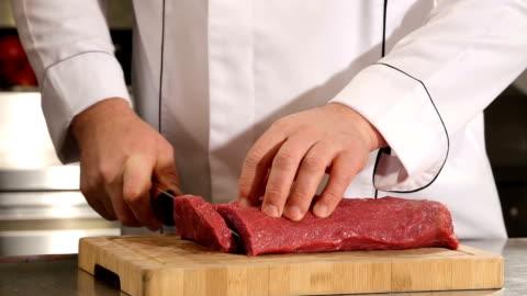 vidéos et rushes de chef couper la viande - âge humain