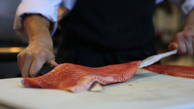 vídeos de stock e filmes b-roll de chef cutting salmon seafood - marisco