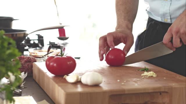 Koch Schneiden von Tomaten, Kochen Essen