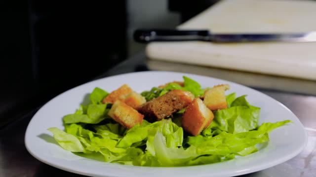 vidéos et rushes de chef, vinaigrette salade verte avec du pain - salade verte