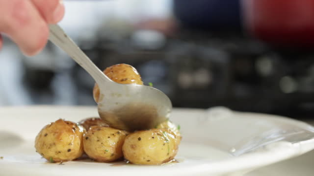 vidéos et rushes de ms chef finalizing potato dish / sao paulo, brazil - pomme de terre