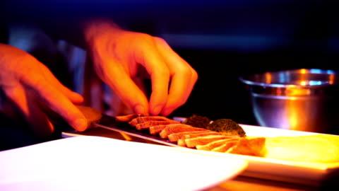 kocken efterbehandling en måltid. - lämplighet bildbanksvideor och videomaterial från bakom kulisserna