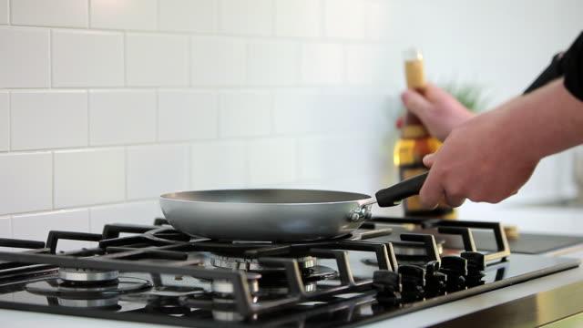 vídeos de stock, filmes e b-roll de chef flambeing on hob - só um adulto de idade mediana