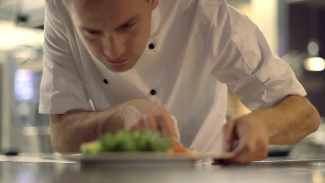 ms r/f chef dare il tocco finale a piatto - vassoio video stock e b–roll