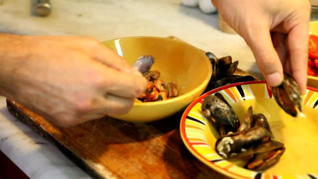 vídeos de stock e filmes b-roll de chef mãos a extrair mexilhões - pai dono de casa