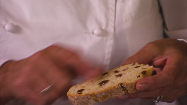 stockvideo's en b-roll-footage met chef holding a raisin bread - rozijn