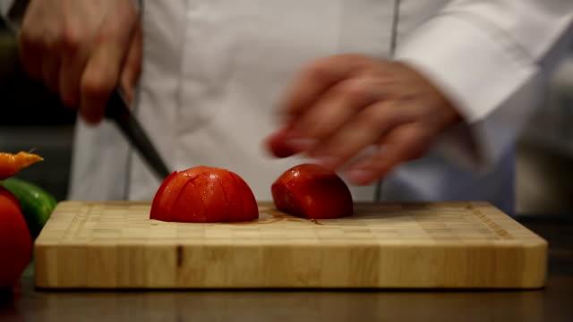 vídeos de stock e filmes b-roll de chef na cozinha - preparar alimentos