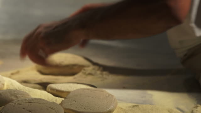 stockvideo's en b-roll-footage met chef kneading pizza dough close-up - geschwindigkeit