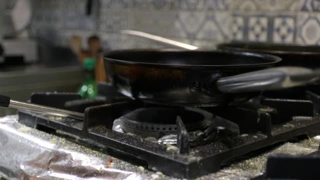 商業キッチンでシェフ照明ガスバーナー - ブンセン灯点の映像素材/bロール