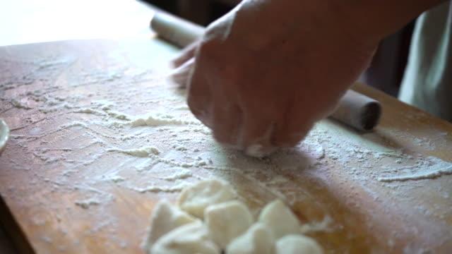 vídeos de stock, filmes e b-roll de chef makes dumplings - rolo de pastel